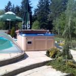 Wanna Majesta obok basenu z przykryciem